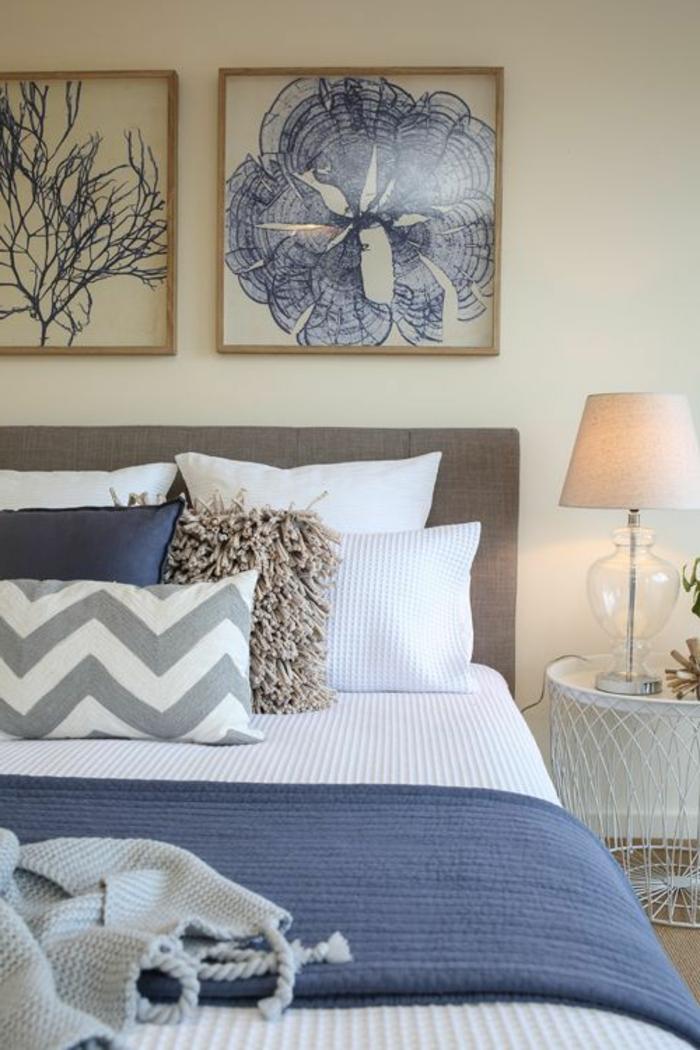 peintures murale en blanc et bleu, chambre adulte deco douillette, lampe abat-jour, coussins déco