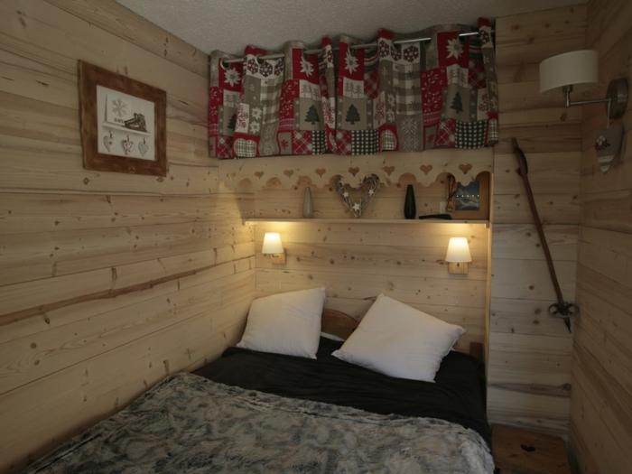 chambre à coucher style chalet, amenagement chambre chaleureux, deux appliques murales, intérieur cocooning