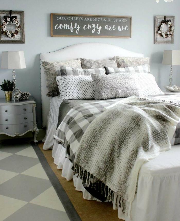 deco cocooning dans une chambre grise, chevet baroque, plusieurs coussins gris, sol en bois, carpette géométrique