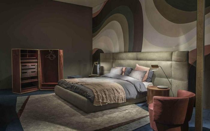chambre parentale en gris et rose pastel, mur original, fauteuil rose, petite armoire en bois