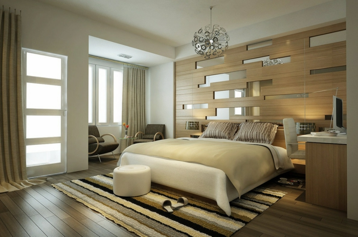 tapis raures dans une chambre à coucher moderne, sol en bois, revêtement mural planches de bois, lit couleur crème