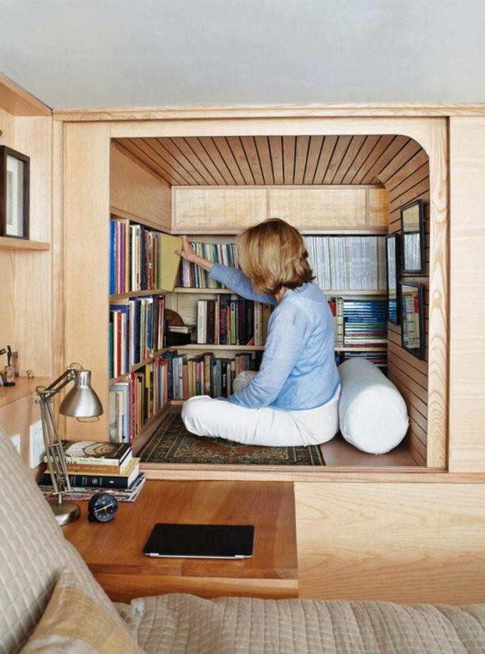aménagement chambre 10m2, bibliothèque-niche en bois en forme carrée, coussin blanc en forme ronde, lit avec couverture en beige satiné
