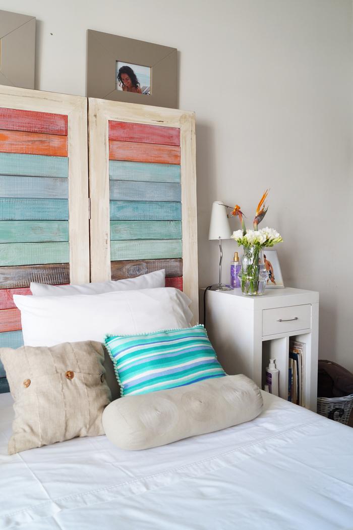 faire une tete de lit en planches de bois colorées pour donner