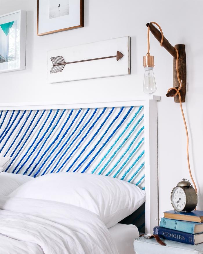déco chambre à coucher de style marine avec une une tête de lit bi-matière en bois et corde coloré, fabriquer une tête de lit en bois original