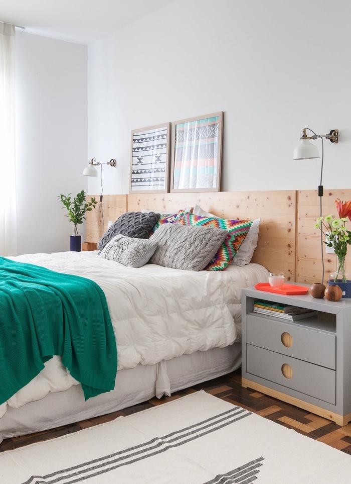 l'association de la déco bohème chic et la douceur des matières crée une ambiance sereine dans cette chambre à coucher avec une tete de lit bois naturel