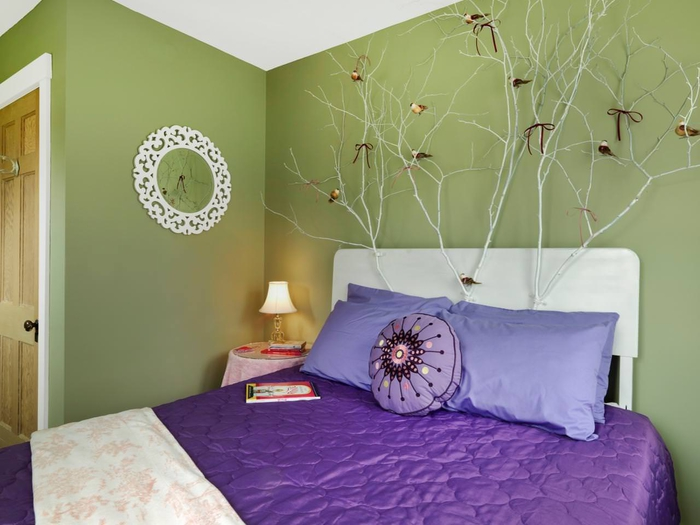 chambre à coucher en vert et violet aux accents déco blancs, idee tete de lit de fantaisie décorée de branches peintes en blanc