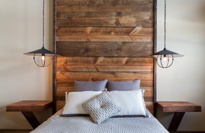 fabriquer une tete de lit en palette de design industriel illuminée de chaque côté par une lampe de chevet en suspension esprit atelier