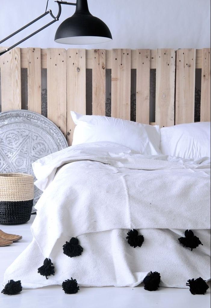 déco ethnique chic de style marocain aux accents industriels comme la tete de lit en palette et le lampadaire d'atelier