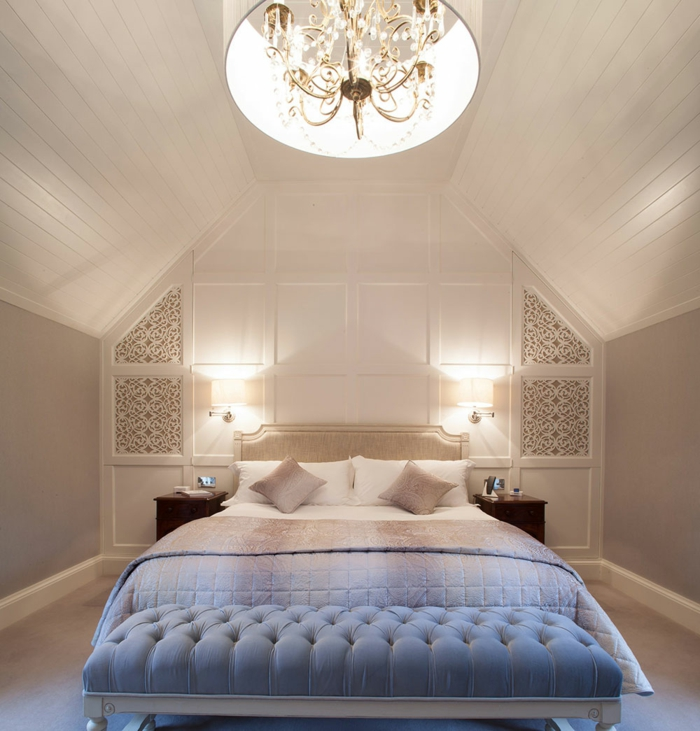 comment amenager des combles originaux, plafonnier énigmatique, banquette de lit bleue