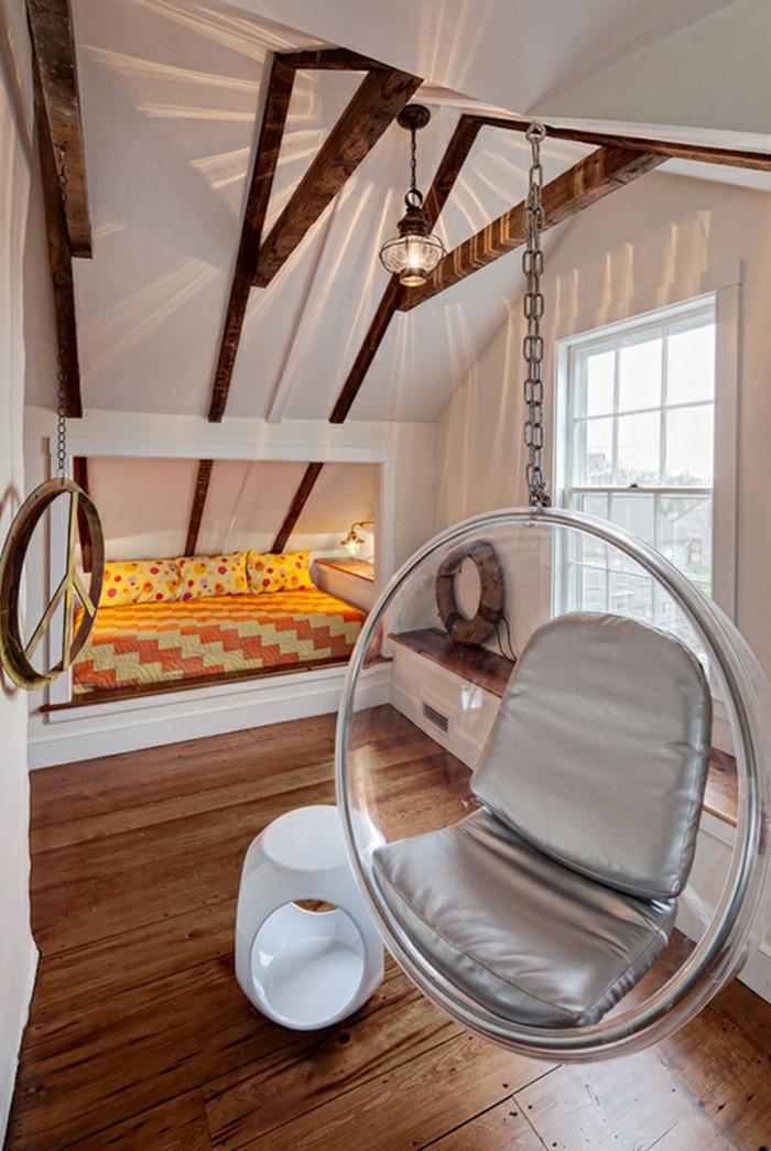 chaise oeuf suspendu, peiture murale blanche, poutres apparentes, lit jaune dans une alcôve blanche