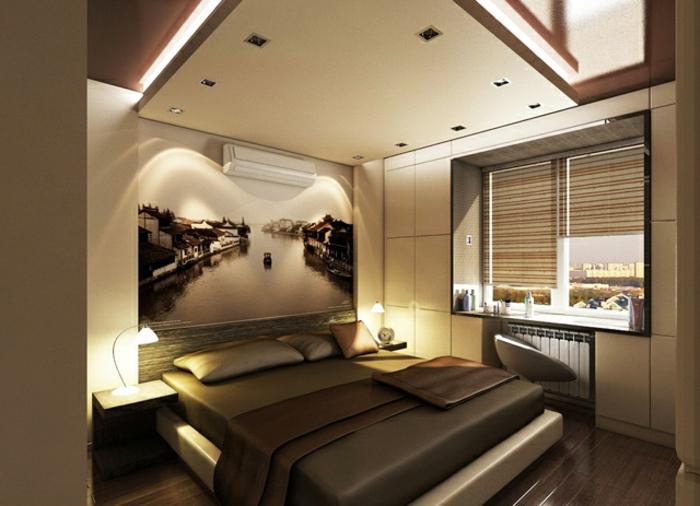 grande photographie illuminée dans une chambre parentale, plancher en bois, plafond suspendu