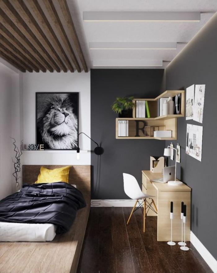 chambre 9m2, aménagement studio 20m2, murs gris, plafond blanc, poutres en bois, grande photographie de lion, lit avec couverture grise et coussin carré jaune, bureau rectangulaire en bois clair
