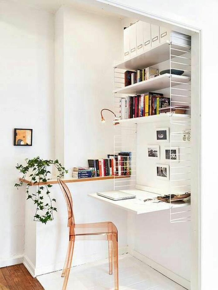 decoration interieure appartement, amenager studio 15m2, coin stylé avec chaise en plexiglas rose transparent, sol en partie avec revêtement blanc en bois et une partie en parquet brut