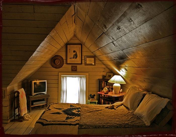 amenagement des combles style rustique, tissus naturels, sol en bois blanc, lambris lattes de bois
