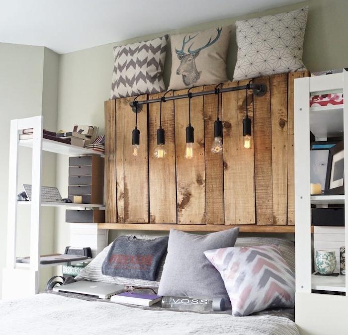 idee tete de lit en bois avec des suspensions ampoules style industriel, coussins décoratifs, etageres blanches, deco style rustique