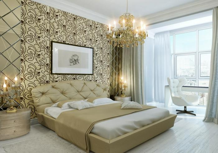 idée déco chambre adulten papier peint baroque, plafonnier pampilles, lit et tête de lit en couleur crème, bougeoir led