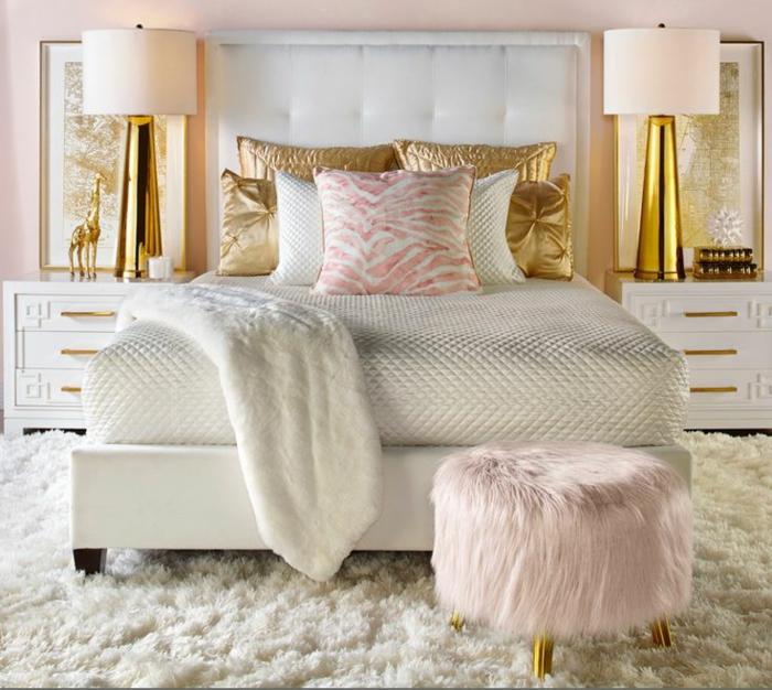 chambre adulte deco blanche, tabouret poilu, coussins roses et dorés, tête de lit blanche, lampes dorées