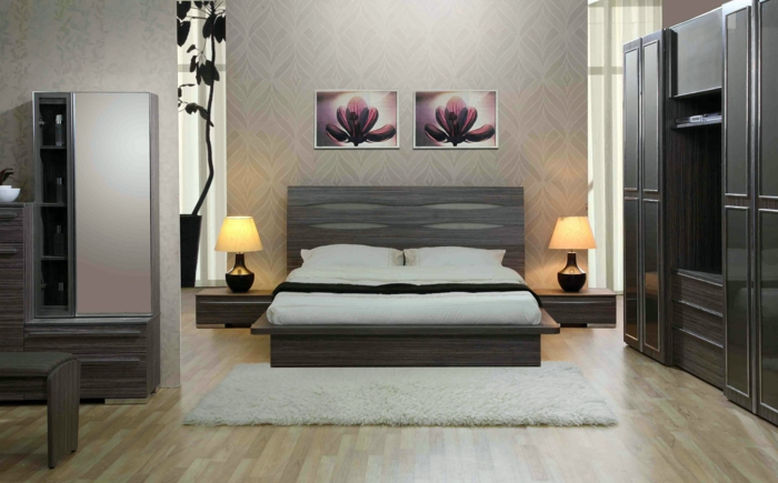lit gris, petit tapis, armoire noire, deux tableaux peintures identiques, deux lampes de chevet