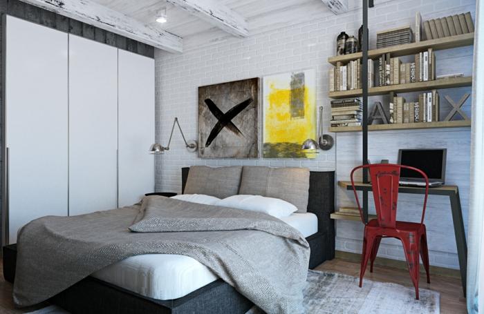 étagères murales en bois, tableaux muraux abstraits, petit bureau en bois et chaise industrielle, mur en briques