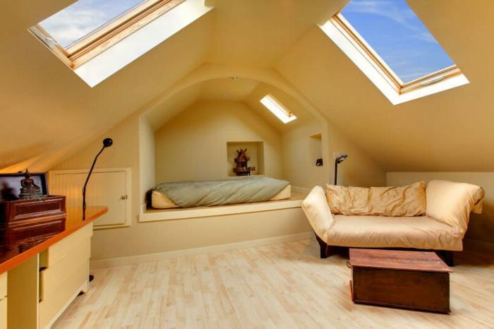 puits de lumière, alcôve pour le lit, intérieur en jaune, sofa jaune pâle, petite table en bois