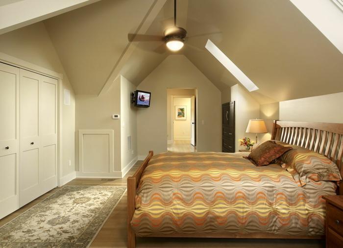 petit tapis beige, lit en beige et jaune, murs beiges, aménager des combles sympathiques