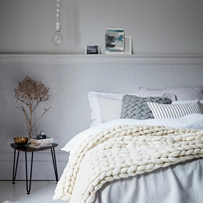 lit cocooning, petite chaise scandinave, étagère pour peintures encadrées