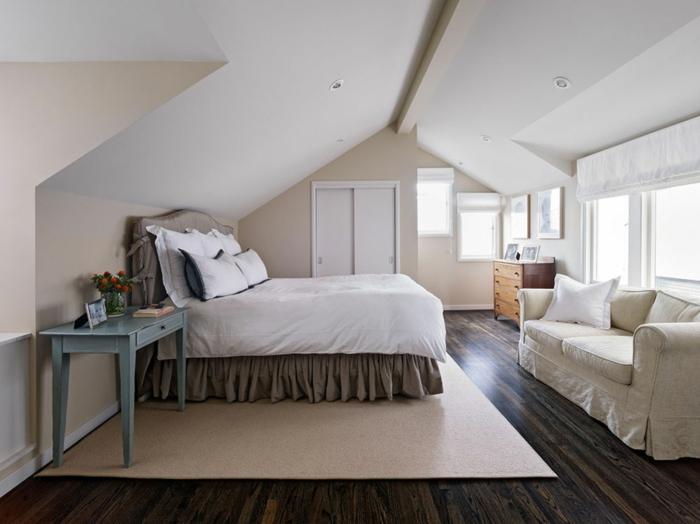 tapis beige, sol bois foncé, canapé beige clair, lit en style shabby, bureau peint bleu