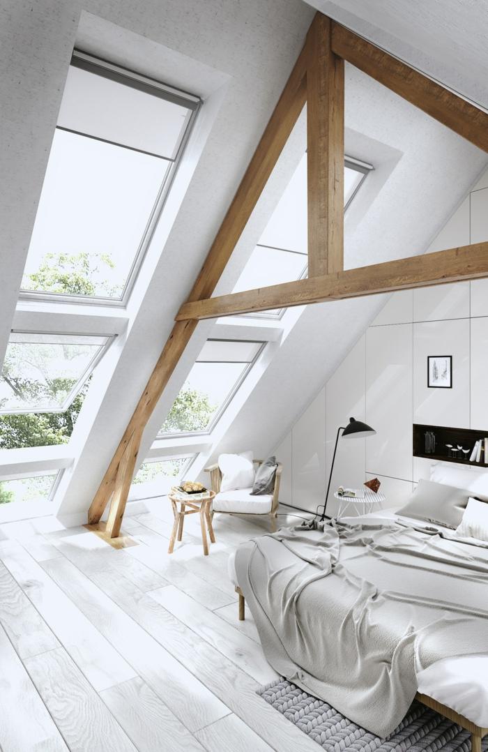 chambre sous pente, poutres en bois, fenetres en pente, lit avec couverture grise, chaise boie et tissu