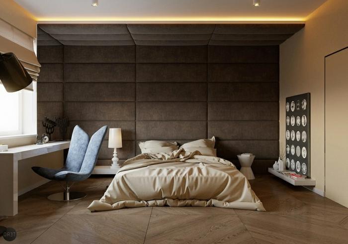 sol chevron, tapissement mural en tissu marron, décoration chambre à coucher marron et beige, bureau moderne et chaise bleue