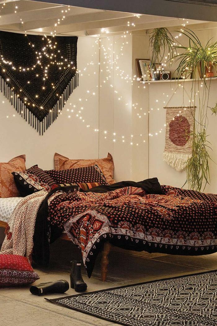 chambre style boho chic, jeté de lit ethnique, murs blancs, tenture murale, sol en bois