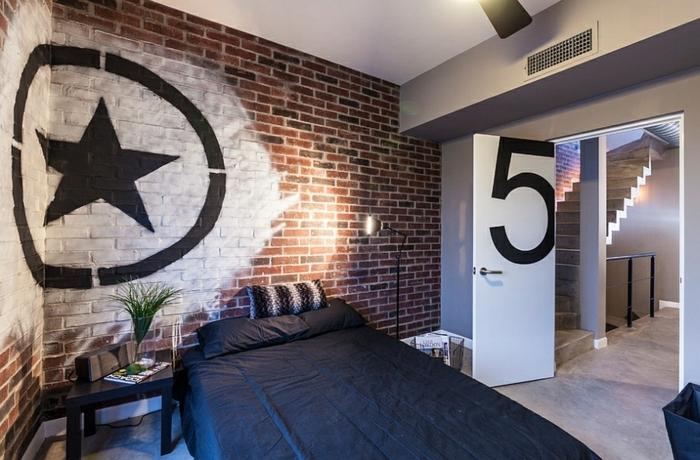 chambre déco en style industriel, graffiti muraux, escalier industriel, chabre adulte deco briques