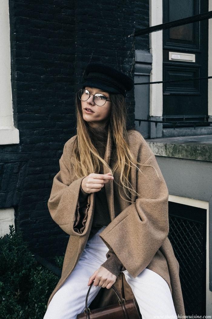 modèle de survêtement de nuance beige foncé combiné avec pantalon blanc et chapeau noir pour femme