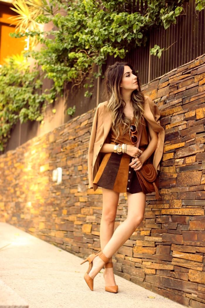 accessoires et bijoux dorés pour une tenue en top crop marron combiné avec jupe taille haute en marron et camel