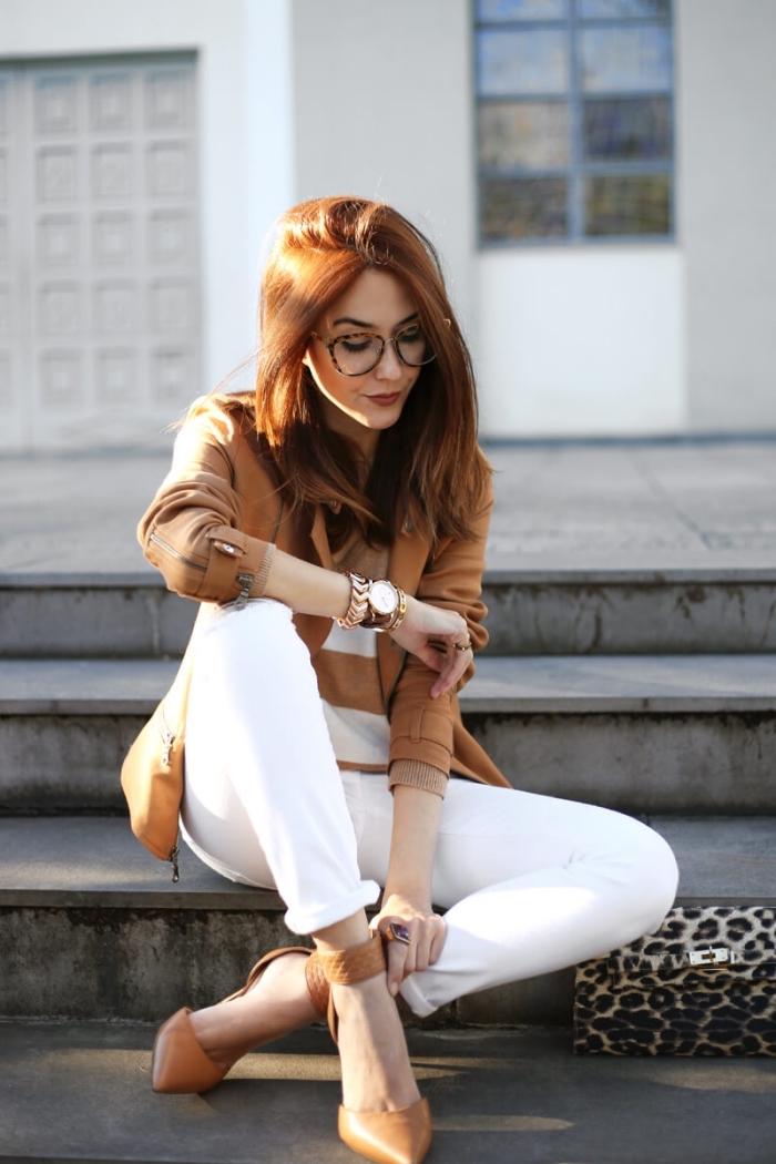 coupe de cheveux mi-longs de couleur châtain cuivré, comment bien s'habiller en pantalon blanc et pull blanc et beige