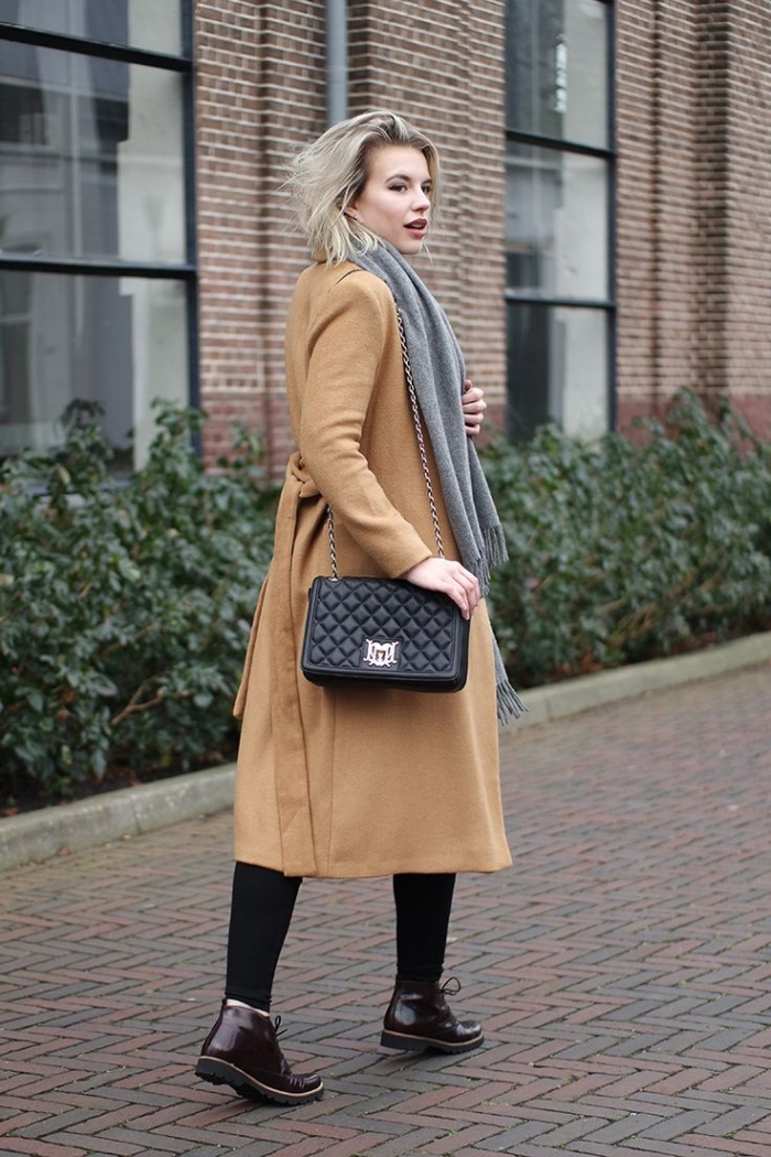 modèle d'écharpe longue avec frange de couleur gris clair combiné avec sac à main cuir noir
