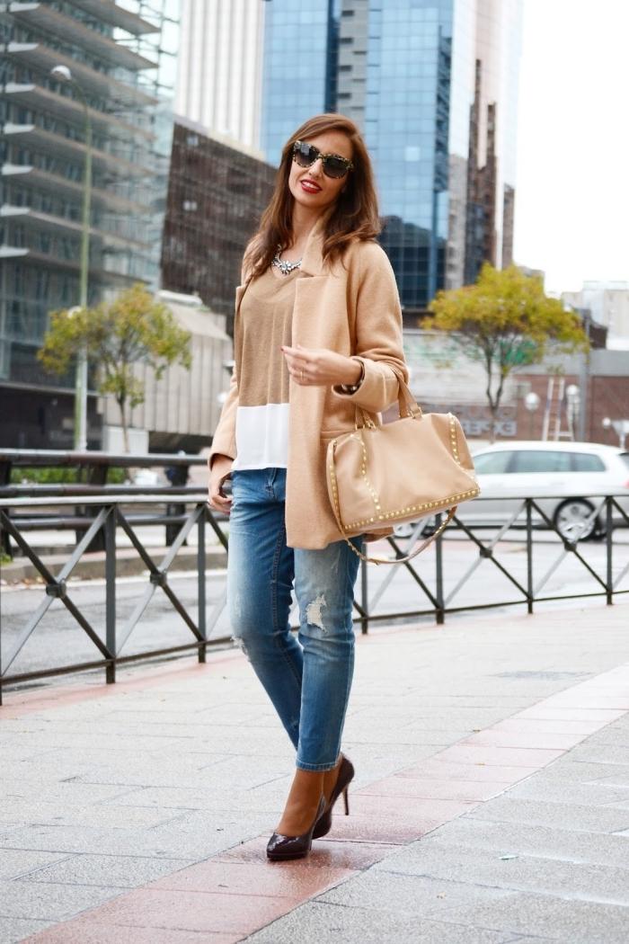 jeans déchirés avec manteau long femme camel à combiner avec chaussures noires à talons hauts et lunettes de soleil
