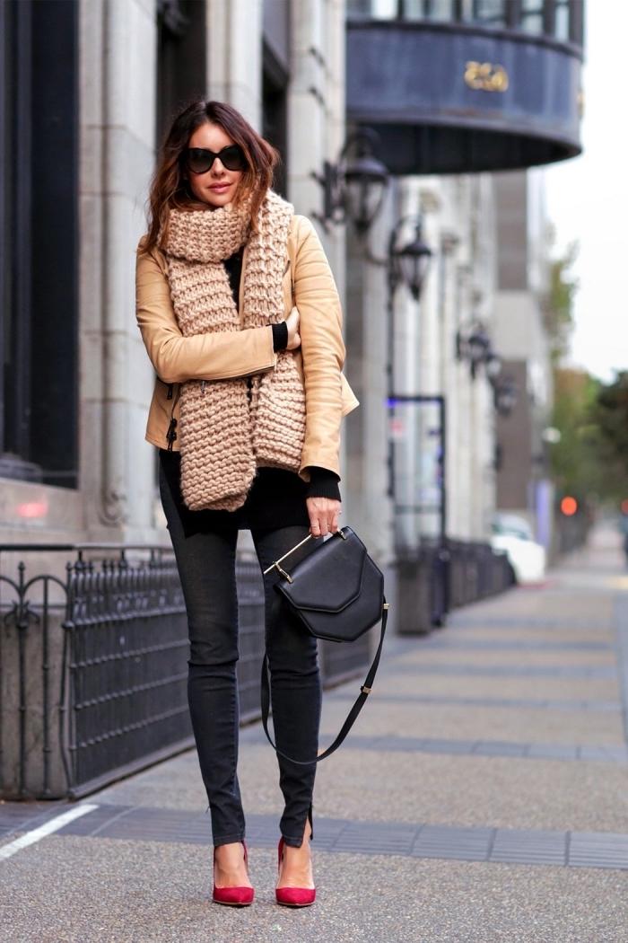 que mettre avec un pantalon noir slim, veste camel combinée avec écharpe en crochet beige et chaussures à talons rouges