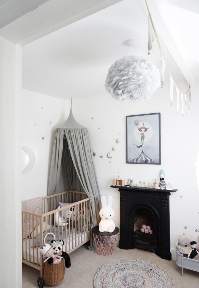 quelles couleurs choisir pour la deco chambre bebe unisexe, petite pièce claire aux murs blancs avec cheminée noire et accessoires de nuances neutres