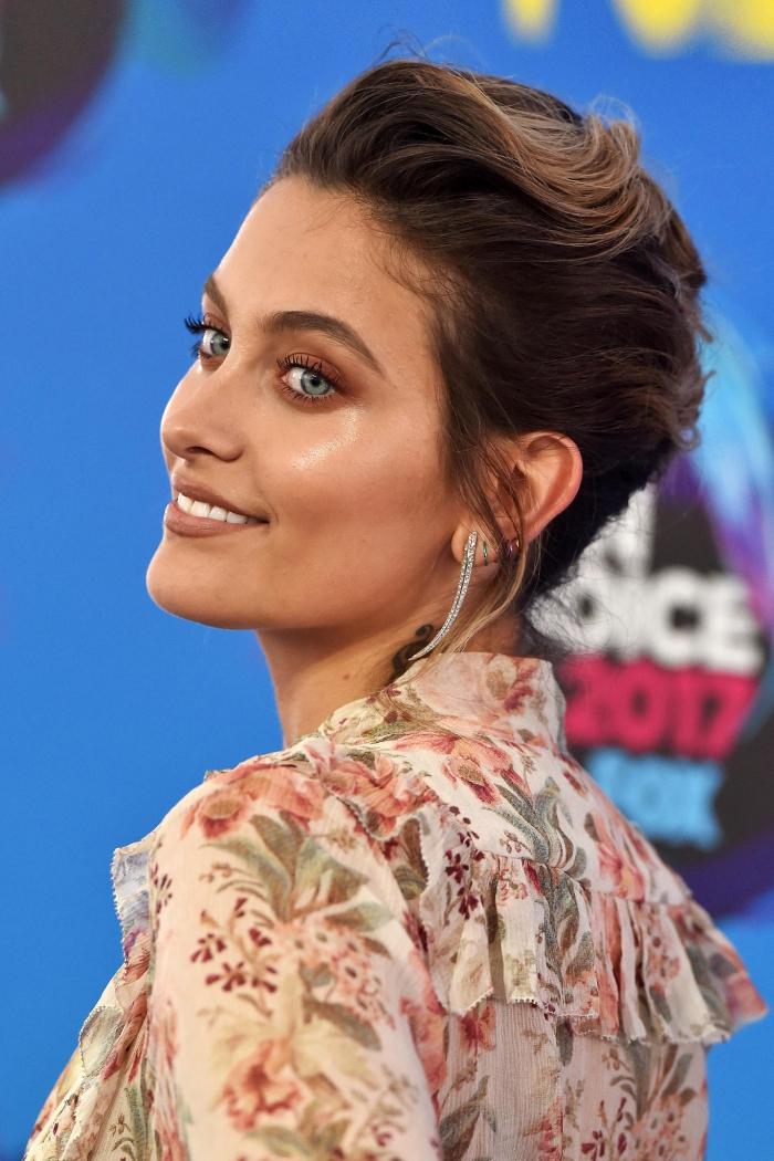 coupe court de couleur cheveux marron femme, maquillage pour yeux bleus avec rouge à lèvres nude matte et fards à paupières marron