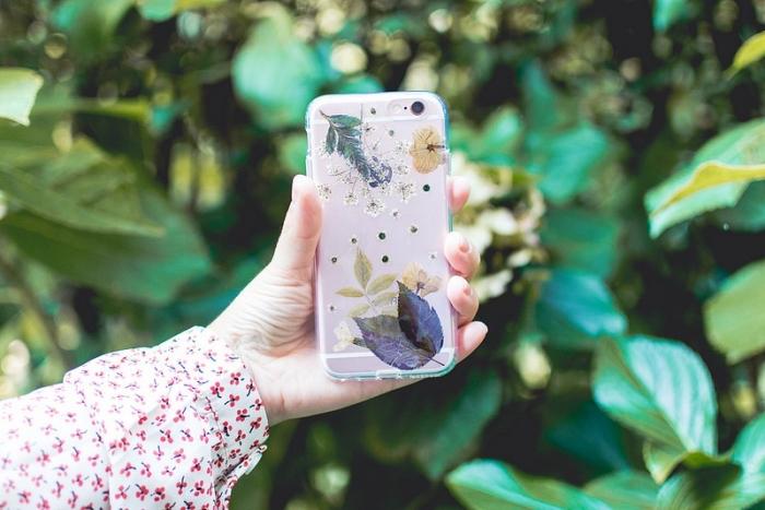 modèle de portable personnalisé avec feuilles et fleurs séchées collées sur une coque en silicone transparente