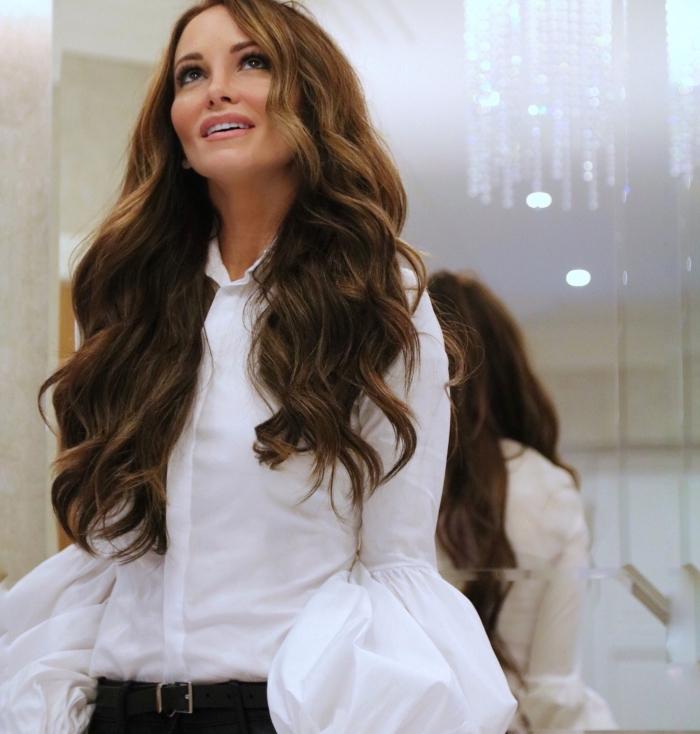 vision élégante en chemise blanche à manches fluides avec pantalon noir et ceinture cuir noir, cheveux longs de couleur châtain foncé
