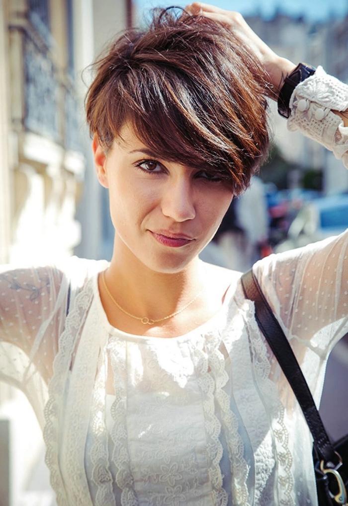 coloration naturelle avec base marron et mèches châtain cuivré, coupe de cheveux femme avec mèches longues et courtes