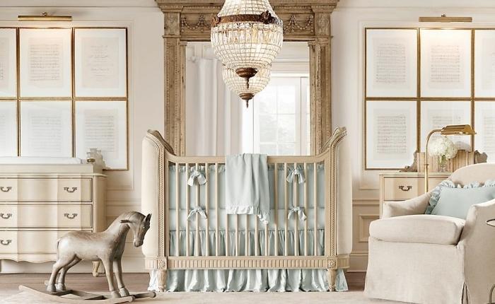 comment décorer la chambre bébé en couleurs neutres blanc et beige avec meubles de bois et différentes sources d'éclairage