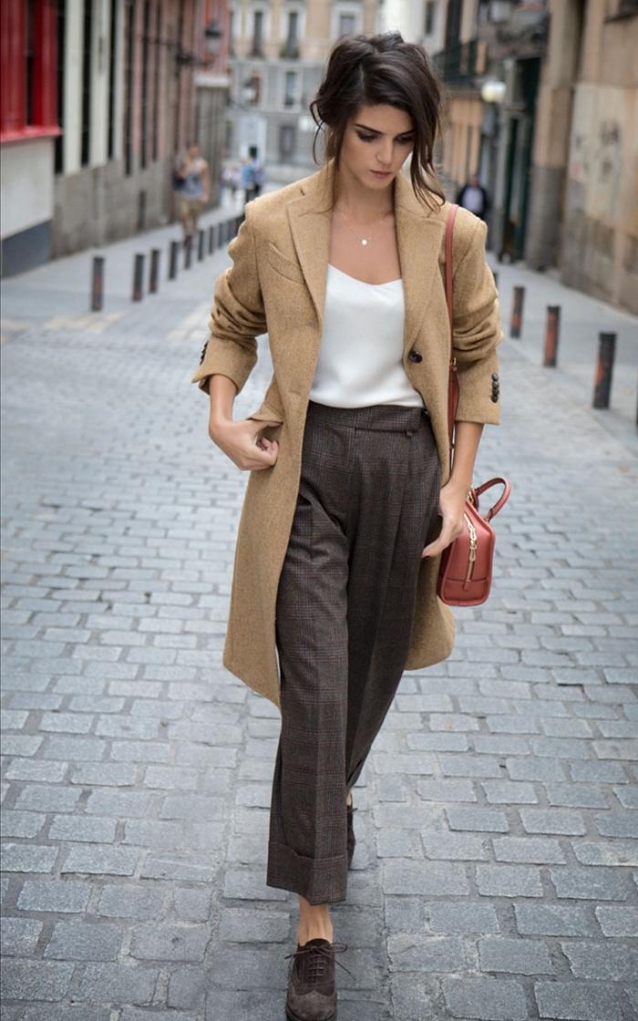 femme classy et élégante habillée en pantalon haute taille et blouse avec décolleté blanche