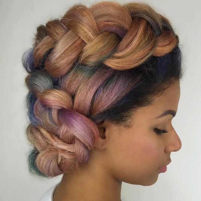 nattes africaines larges meches couleurs en chignon femme cheveux lisses