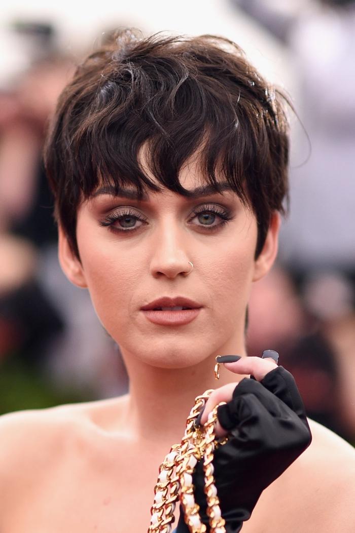 maquillage yeux foncés avec mascara noir à effet faux cils et rouge à lèvres marron matte, coupe courte de Katy Perry