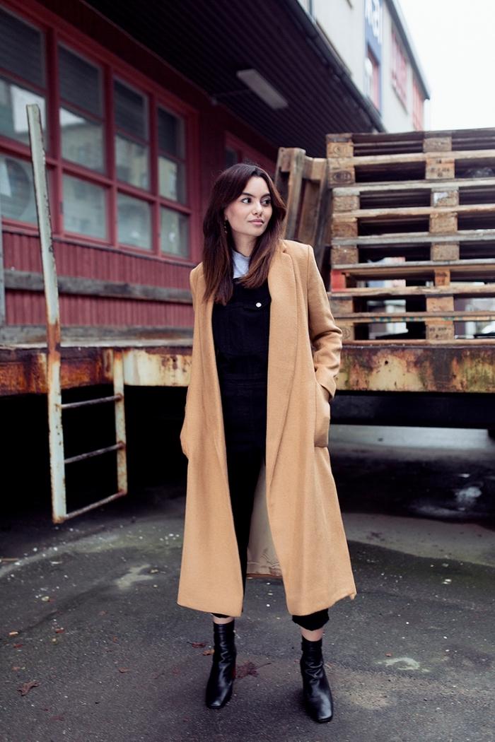 idée comment bien s habiller en pantalon noir, coupe de cheveux longs de couleur auburn, look total noir avec manteau long beige