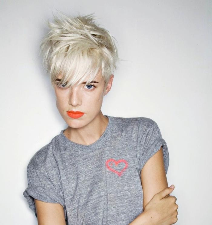 modèle de coupe tres courte femme ado, quel maquillage pour yeux bleus avec rouge à lèvres orange matte