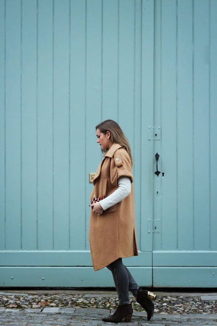modèle de manteau femme camel combiné avec blouse blanche et pantalon noir slim, bottines noires à talons