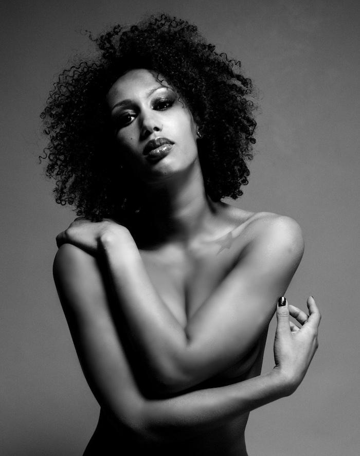 modele de coiffure cheveux frisés pour femme métisse au naturel
